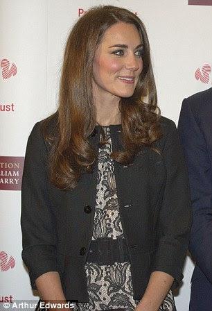 Pronto para a câmera: Uma vez dentro do Royal Albert Hall Kate posou para fotografias mais