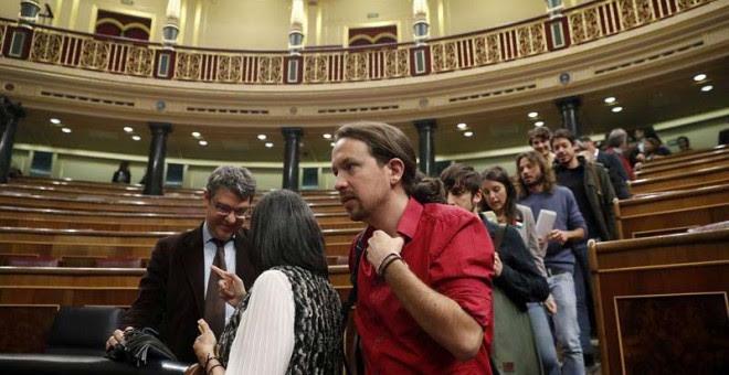 Pablo Iglesias y varios diputados de Unidos Podemos en el Congreso.   EFE