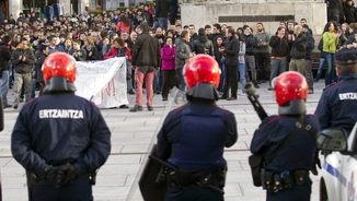 Agents de l'Ertzaintza observen una manifestació de protesta per la mort d'Íñigo Cabacas (EFE)