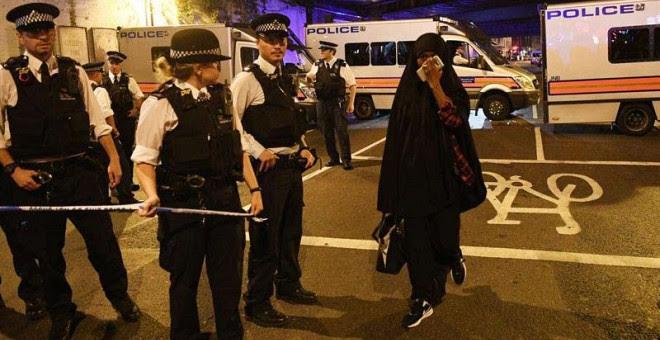 La Policía Londinense acordona la zona del presunto ataque. | EFE