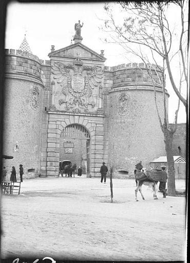 Puerta de Bisagra en 1907. Fotografía de Roy Lucien. Société Française d'Archéologie et Ministère de la Culture (France), Médiathèque de l'architecture et du patrimoine (archives photographiques) diffusion RMN