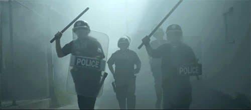 No entanto, outro vídeo com a polícia ser violenta.  Enquanto isso, a polícia está sendo violento na vida real.