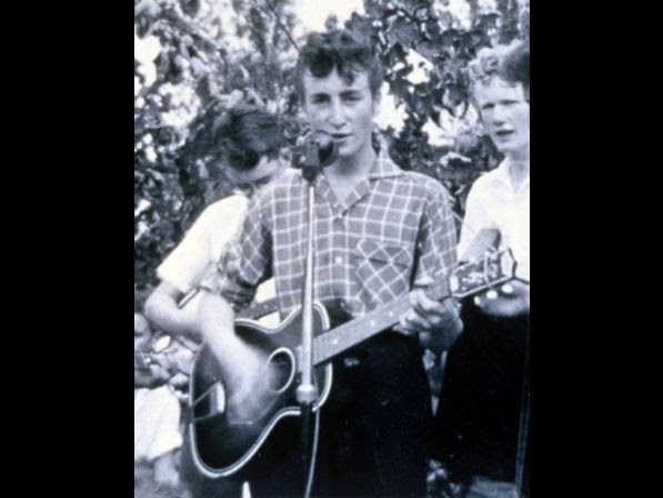 John Lennon performs on stage with his first band the 'Quarry Men' at a church function in Woolton, Merseyside, Great Britain, July 6, 1957. (AP Photo/Str) ­­­ John Lennon spiel Guitarre bei einem Auftritt mit seiner ersten Band, den Quarry Men, auf einem Kirchenfest in Woolton, Merseyside; Grossbitannien am 6. Juli 1957.