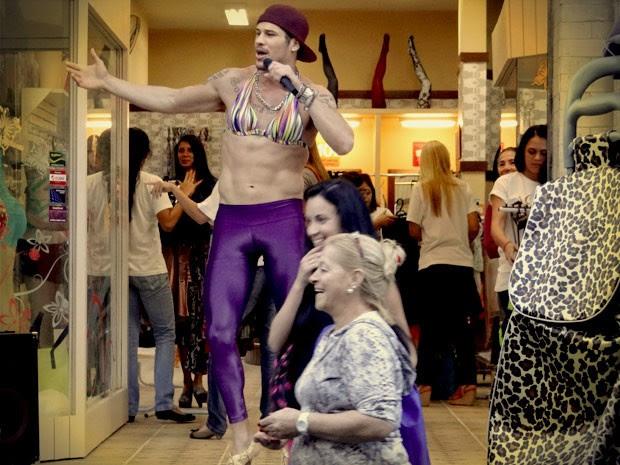 Darkson faz sucesso vestido de mulher (Foto: Avenida Brasil / TVGlobo)