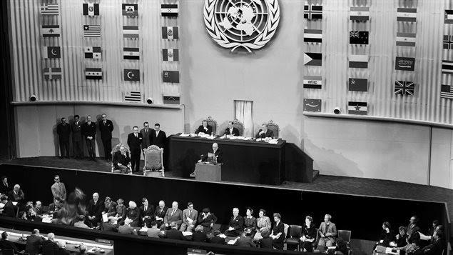 La Asamblea General de Naciones Unidas comenzó el 22 de septiembre de 1948 en París y terminó el 10 de diciembre después de haber adoptado unánimemente, con la abstención del bloque soviético, la Declaración Universal de los Derechos Humanos.