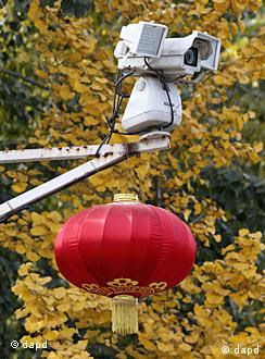 A security camera to watch the main entrance of Chinese dissident artist Ai Weiwei's home is decorated with a Chinese lantern amongst the autumn colors in Beijing, China, Monday, Nov. 7, 2011. Thousands of people have sent more than 5.3 million yuan ($840,000) to Ai, some tossing cash folded into airplanes over his gate, he said Monday, to help him pay a tax bill they see as government harassment. The Beijing tax bureau was demanding that he pay 15 million yuan ($2.4 million) in back taxes and fines. (Foto:Ng Han Guan/AP/dapd)