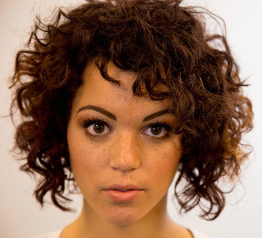 20 Curly Hairstyles For Round Faces Haircuts Hairstyles 2021