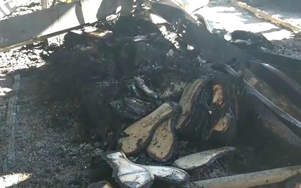 Cerca de 3 mil pares de calçados foram destruídos pelo incêndio na fábrica da Carmen Steffens em Franca, SP (Foto: Reprodução/EPTV)