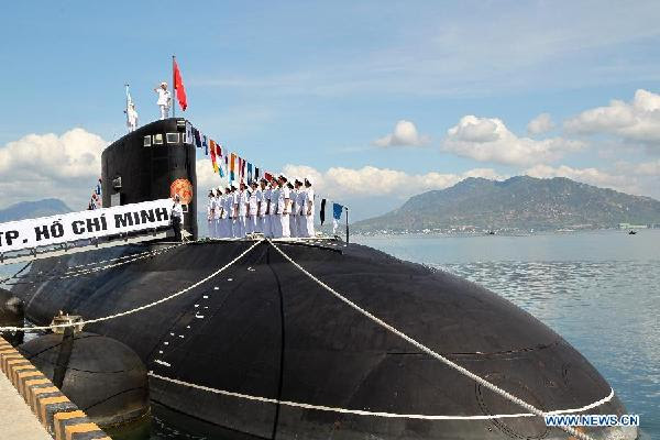 Vietnam recibió dos submarinos el jueves y el primer ministro Nguyen Tan Dung dijo que marcó nuevo desarrollo de la marina de guerra de Vietnam y el ejército. Dung, hizo las declaraciones en una ceremonia de izamiento de la bandera nacional de los dos submarinos de la clase Kilo hechos-Rusia celebrada en el centro de puerto de Cam Ranh el jueves.