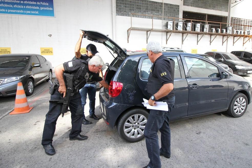 Policiais chegam com apreensões feitas na Operação Terra Arrasada II, desencadeada nesta quinta-feira (1º) em Pernambuco (Foto: Aldo Carneiro/Pernambuco Press)