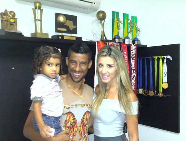 Léo Moura com a mulher Camila e a filha Isabela  (Foto: Divulgação)