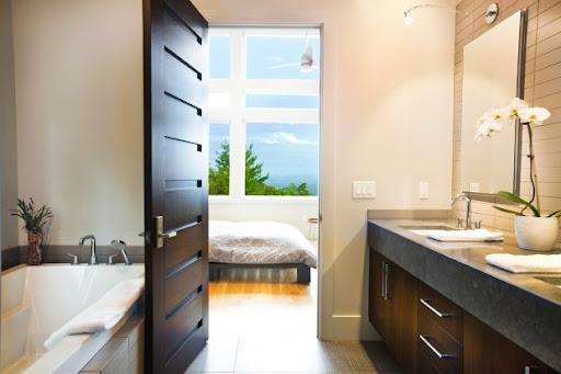 Выбери идеальную дверь для ванной