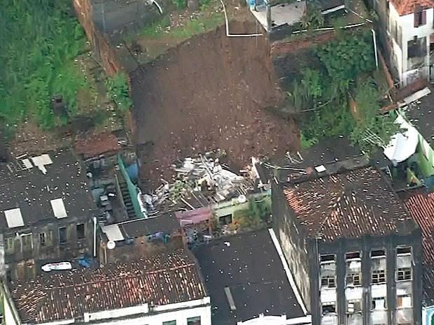 Desabamento ocorreu na região do Elevador Lacerda (Foto: Imagens / TV Bahia)