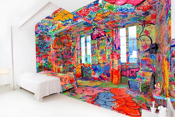 A metade do quarto francês Hotel coberta de graffiti design de interiores grafite França