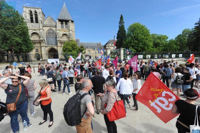 """Rassemblement mardi après-midi pour défendre postes et lits à l'EPSM. Photo """"Le Maine Libre"""", Yvon Loué."""