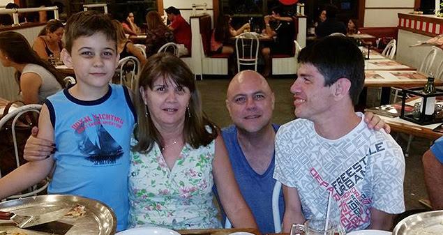 Rodrigo Beghini com a família; jovem com paralisia teve embarque negado por empresa aérea