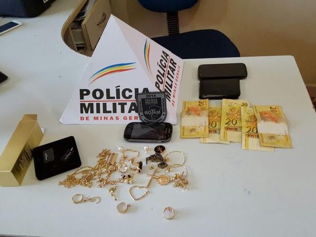 Parte do materia roubado foi econtrado com os suspeitos (Foto: Polícia Militar/Divulgação)