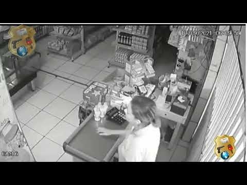 VÍDEO: Assaltante se despede de atendente com beijo na mão após roubar caixa de padaria em Maceió