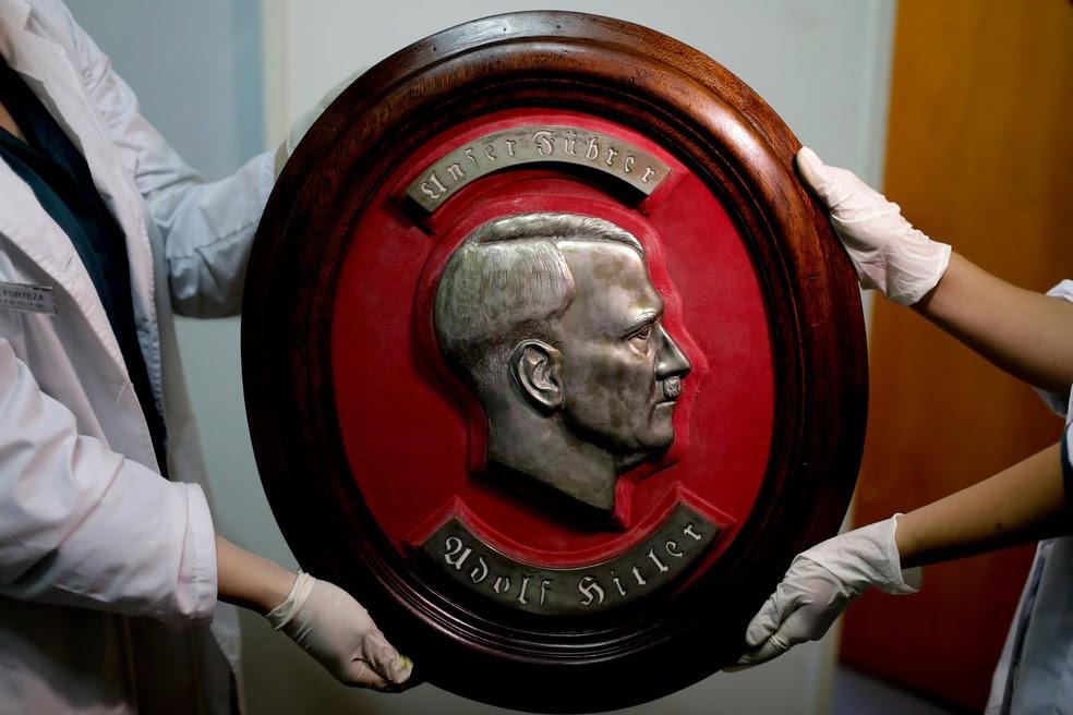 Imagem de Adolf Hitler encontrada em Buenos Aires, na Argentina   (Foto: Natacha Pisarenko/ AP)