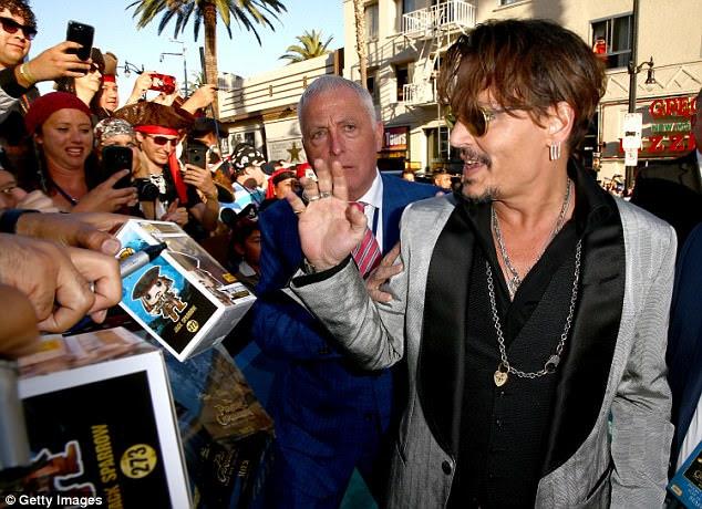 Em LA: É a terceira estréia em uma semana para Depp, que também participou da estréia mundial da quinta parcela da franquia Disney na China, seguido pela estréia europeia em Paris