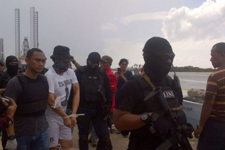 Personel Brimob bersenjata lengkap mengawal ABK Wanderlust saat pra-rekonstruksi di Tanjung Uncang, Senin (17/7/2017).