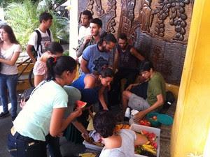 Sinsenat mandou frutas, suco e água para os manifestantes (Foto: Fernanda Zauli/G1)