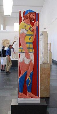 Έγχρωμη αποκατάσταση της στήλης(έκθεση Bunte Götter στο Βερολίνο, 2010)