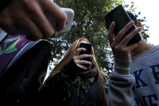 Varios adolescentes utilizando sus 'smartphones'.