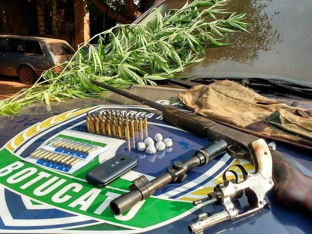 Armas, munições e drogas foram apreendidas na zona rural de Botucatu (SP) (Foto: Guarda Civil Municipal/Divulgação)