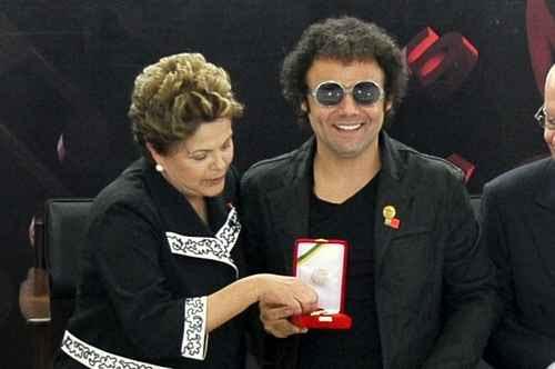 Dilma entrega medalha ao maestro Forró, da Bomba do Hemetério. Fotos: Antonio Cruz/ ABr