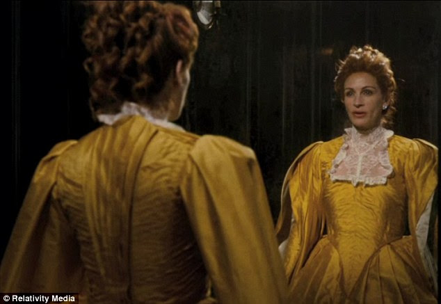 Mirror, Mirror: Julia Roberts na cena famosa, mas o filme deu a rainha do mal uma torção acampamento