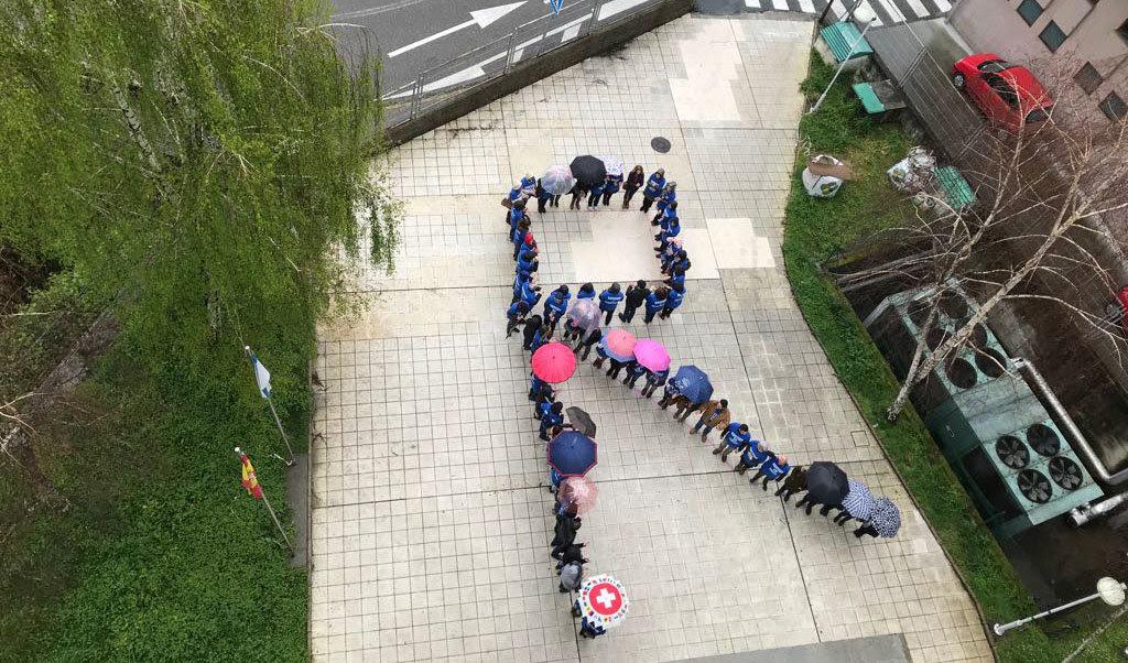 Esta mañana un grupo de huelguistas hicieron una cadena humana representando la R de resistencia