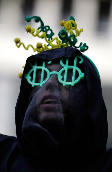 Manifestante mascarado no Rio de Janeiro