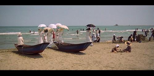 deathinvenice_beach_ladieswithumbrellas