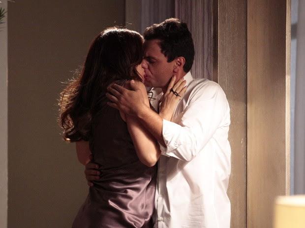 Lívia e Théo se beijam  (Foto: Salve Jorge/TV Globo)