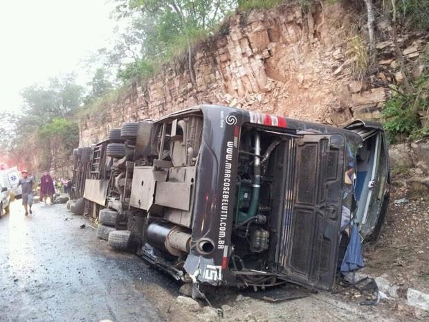 Ônibus saiu da pista e tombou na BR-070 neste domingo (Foto: Assessoria/ PRF-MT)