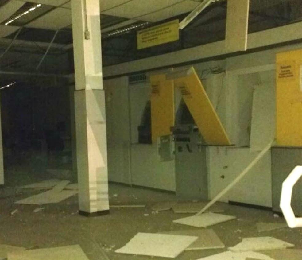 Agência do Banco do Brasil ficou destruído em Vázea da Roça, após explosão (Foto: Blog Agmar Rios)
