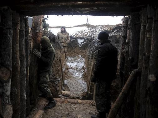 Ukrainian servicemen construct a blindage at their position near Lysychansk, in Luhansk region January 29, 2015.  REUTERS-Maksim Levin