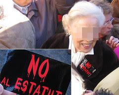 Una señora con su pegatina anti-estatut (aunque la mani es 'a favor de la Constitución')