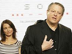 Al Gore fala, enquanto atriz Cameron Diaz o acompanha, em coletiva à imprensa