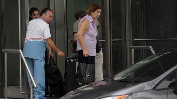 Juntas. La hermana del fiscal y su madre, Sara Garfunkel, en la puerta del edificio Le Parc. Maxi Failla