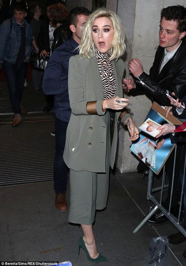 Assine aqui: A cantora trabalhou seu caminho através de uma longa linha de fãs durante sua aparição em Londres