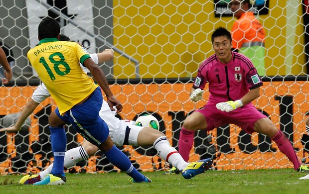 Paulinho gol, Brasil x Japão (Foto: AP)
