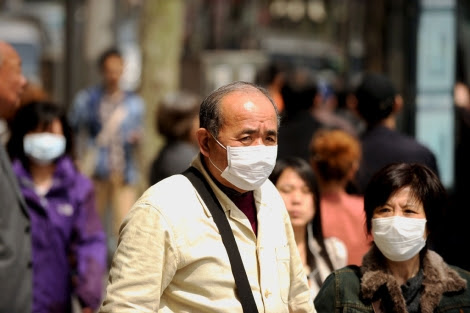 Ciudadanos de Shangai paseando con mascarillas protectoras.   Afp
