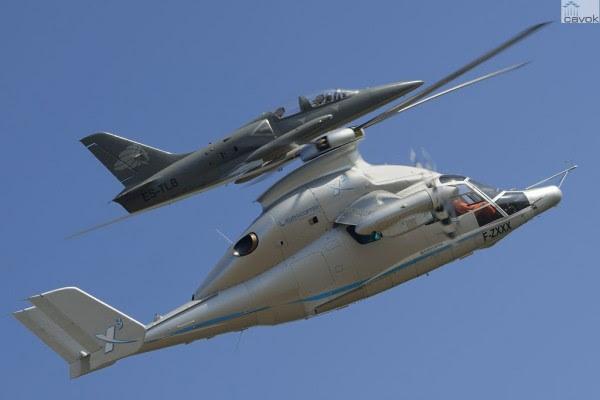 El helicóptero híbrido X3 durante el registro de vuelo en vuelo acompañado por un jet L-39. (Foto: Alain Ernoult / Eurocopter)