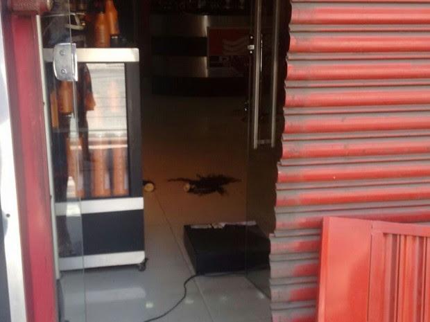 Porta da loja foi arrombada  (Foto: Divulgação )