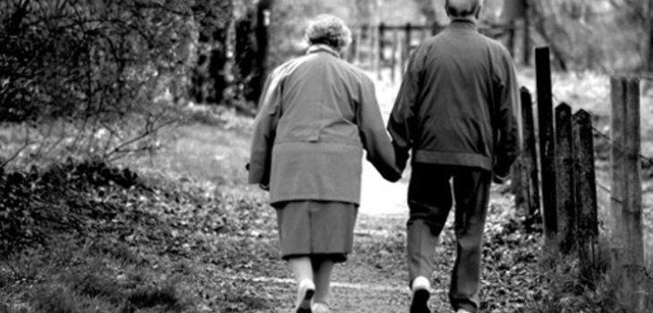 Pareja De Enamorados Ancianos Mueren Casi Al Mismo Tiempo Y Tomados