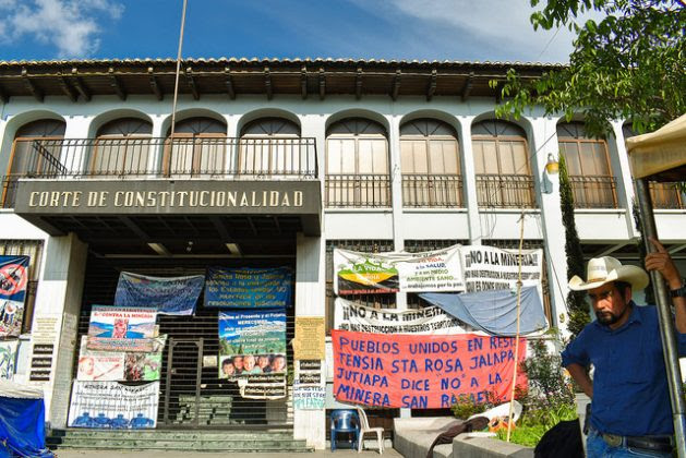 Residents of the municipality of San Rafael Las Flores maintain a permanent sit-down in front of the Constitutional Court, in the centre of Guatemala's capital, to demand that the country's highest court rule on the demand for a suspension of the San Rafael mining company's permit to operate a mine in that municipality. Credit: Edgardo Ayala / IPS