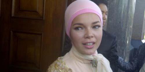 Dewi Sandra Tampil Cantik dengan Jilbab di Pernikahan Olla