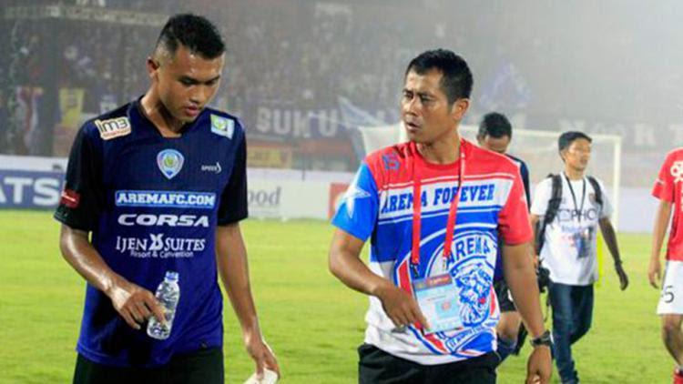 Joko Susilo (kanan) saat memberi arahan kepada salah satu pemain Arema ketika menghadapi Bali United. Copyright: INTERNET